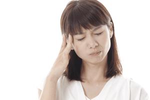 緊張性頭痛に悩む女性