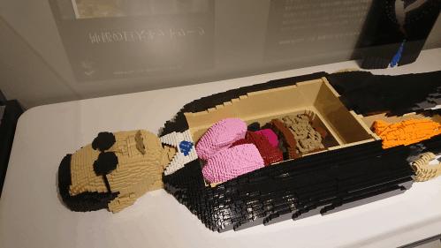 LEGOでつくられた、タモリさんの人体模型の写真