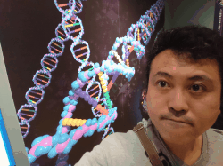 DNAの模式図を一緒に撮影をした、みどり堂整骨院の院長の写真