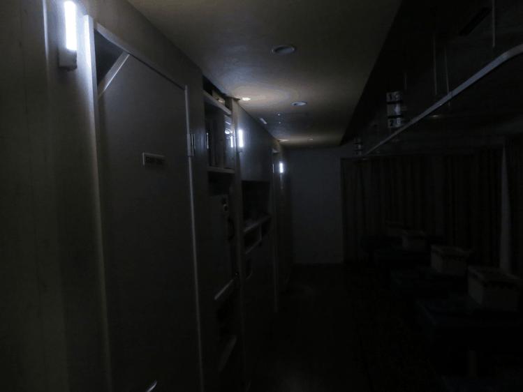 夜間に停電になった場合でも非常照明が点灯し安全に避難できる、みどり堂整骨院内の写真