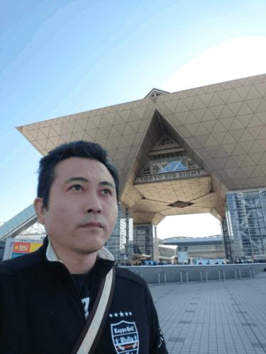 東京ビッグサイトを背景にみどり堂整骨院の院長の写真